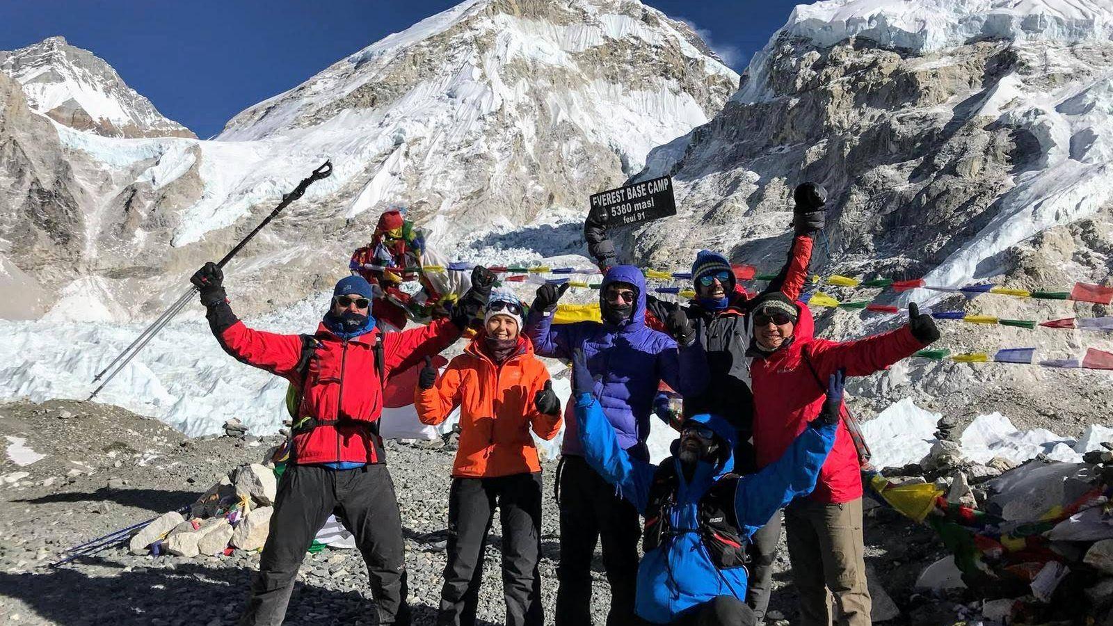 Foto: El grupo en el campo base del Everest. (Foto: Víctor García).