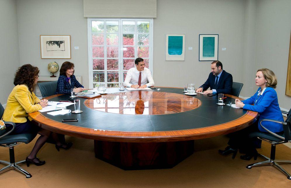 Foto: Pedro Sánchez, este miércoles con la vicepresidenta, Carmen Calvo, y los ministros José Luis Ábalos, María Jesús Montero, y Nadia Calviño, para analizar la decisión del TS. (Moncloa)