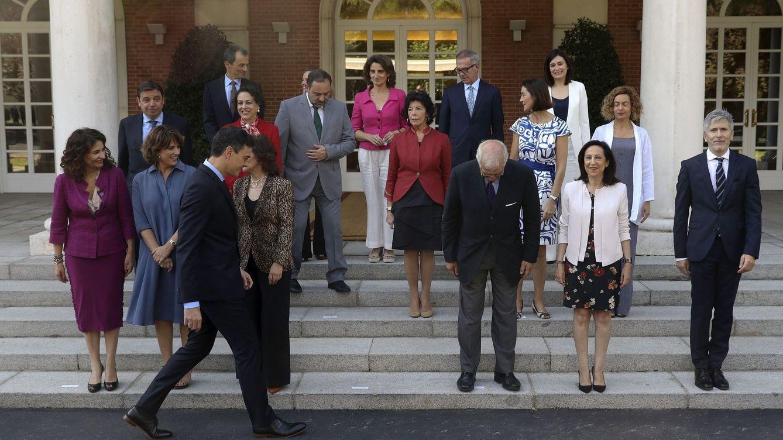 Foto: El presidente del gobierno Pedro Sánchez, durante la foto de familia previa a la reunión del Consejo de Ministros tras la incorporación de José Guirao como ministro de Cultura. (EFE)