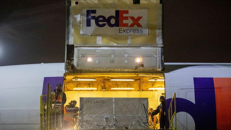 Imagen de archivo de una carga de FedEx. (EFE)