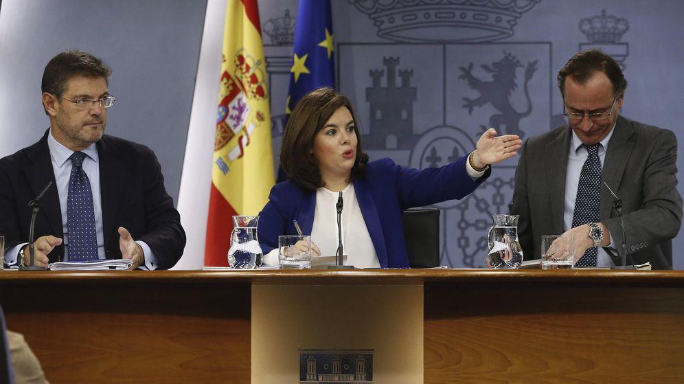 Foto: La vicepresidenta del Gobierno, Soraya Sáenz de Santamaría junto a los ministros Catalá (i) y Alonso (d). (EFE)