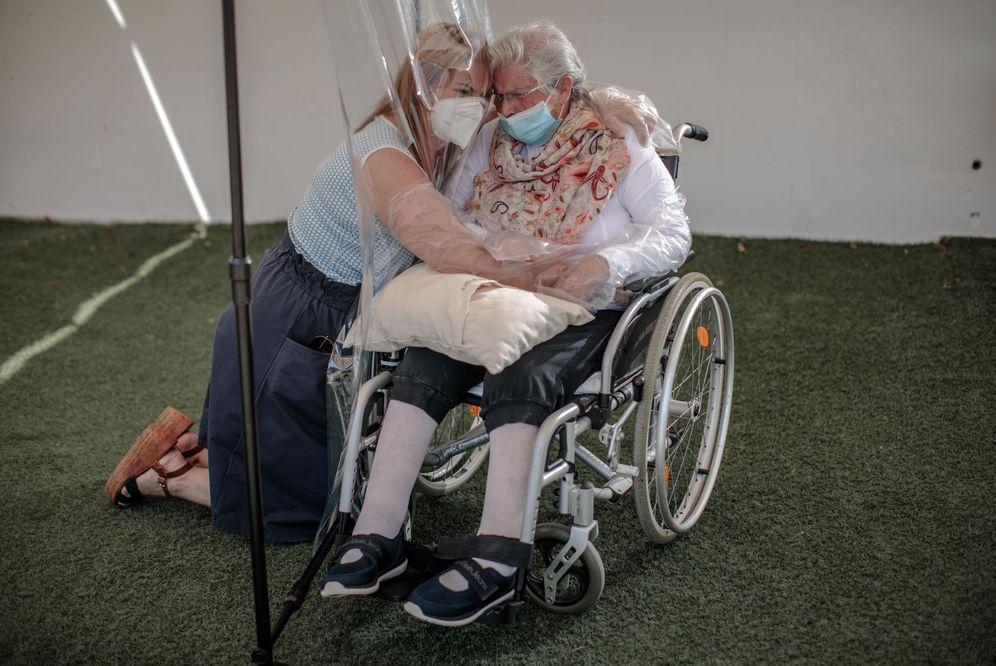 Foto: Una interna en una residencia de Valencia abraza a su hija a través de un plástico. (EFE)