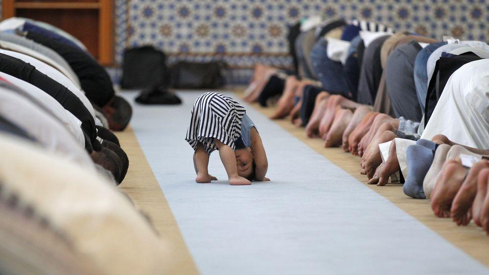 Foto: Un niño juega durante el rezo en la Gran Mezquita de Estrasburgo durante el Ramadán de 2013. (Reuters)