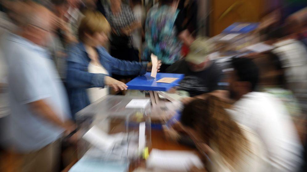 Foto: Una mujer ejerce su derecho al voto en San Sebastián. (EFE)