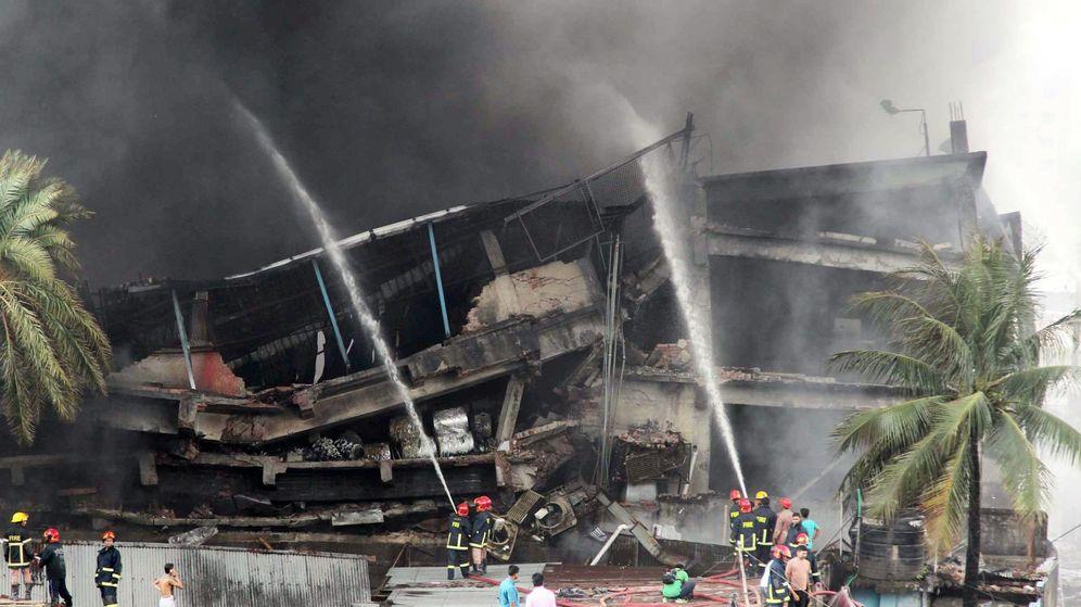 Foto: Los bomberos trabajan en el edificio incendiado. (Reuters)