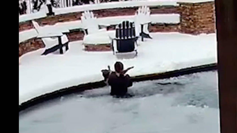 Una mujer salva a su perro de morir congelado lanzándose a una piscina helada