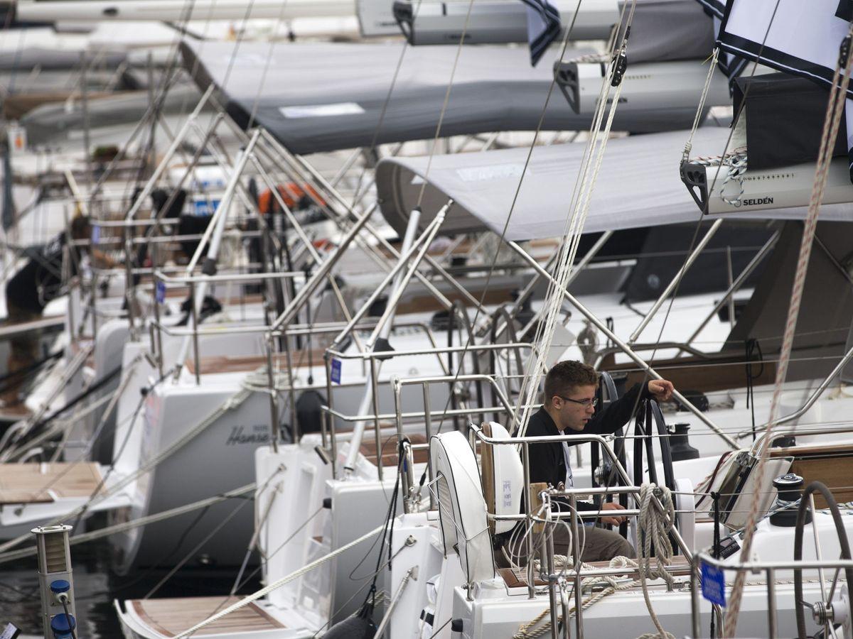 Foto: Visitantes observan barcos en una edición del Salón Náutico de Barcelona. (EFE)