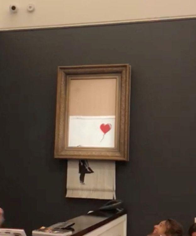 Foto: La obra 'Niña con globo' se autodestruye justo después de ser subastada por un millón de euros. (Reuters)