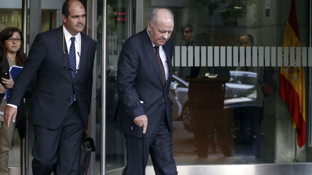 Foto: Carlos Sumarroca Claverol (izq) junto a su padre Carlos Sumarroca Coixet a la salida de la Audiencia Nacional en 2014. (EFE)