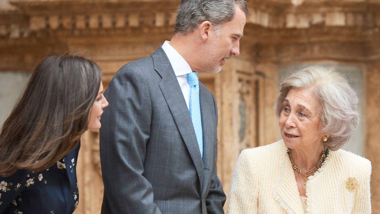 Foto: La reina Letizia y la reina Sofía charlan en la puerta de la catedral de Palma. (Limited Pictures)