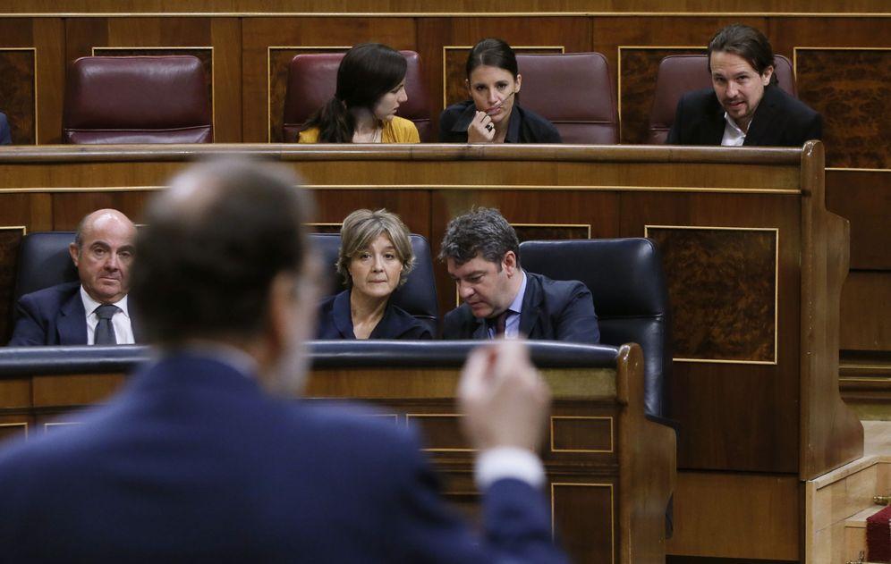 Foto: Rajoy, de espaldas, e Iglesias, durante una sesión de control al Gobierno. (EFE)