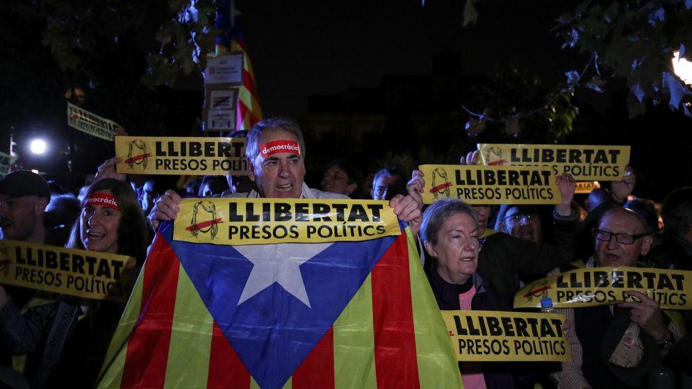 Foto: Concentración a las puertas del Parlament para pedir la libertad de los presos políticos. (Reuters)