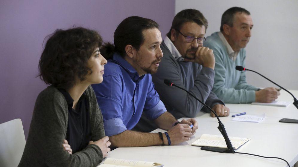 Foto: Pablo Iglesias, junto a los portavoces de En Marea, Alexandra Fernández, En Comú Podem, Xavier Domènech, y Compromís-Podem, Joan Baldoví. (EFE)