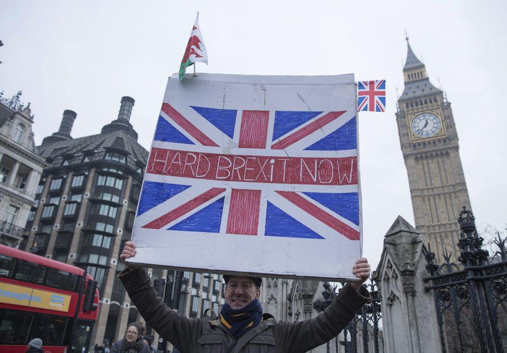 Foto: Varias personas participan en la manifestación a favor del brexit en el Old Palace Yard, en Londres (Efe).
