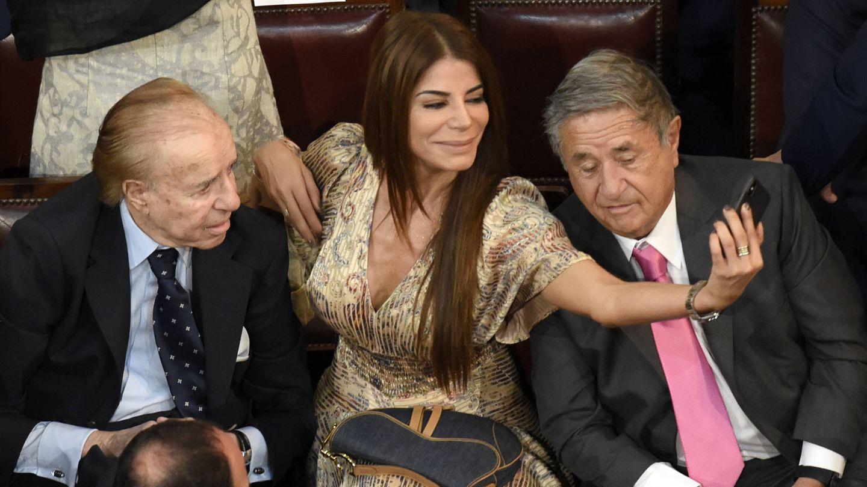 Zulemita se hace un selfie con su padre y el expresidente Eduardo Duhalde. (Getty)