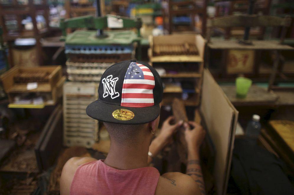 Foto: Un trabajador con una gorra con los colores de la bandera de EEUU en la Fábrica de Tabacos La Corona, en La Habana. (Reuters)