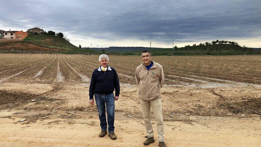 Foto:  Alberto y Adolfo López, en una de las parcelas. (Á.V.)