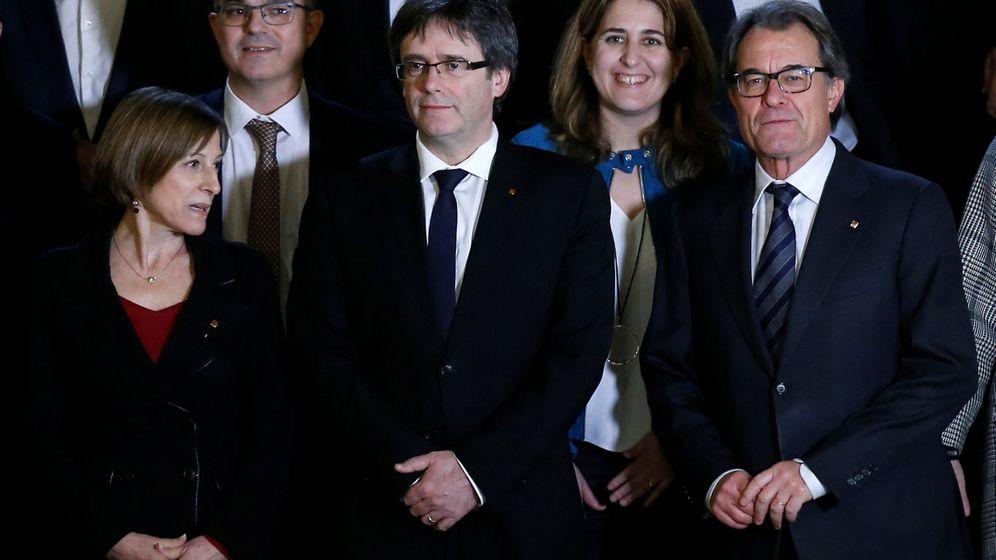 Foto: El presidente de la Generalitat, Carles Puigdemont, a su llegada a la Cumbre del Referéndum. (Reuters)