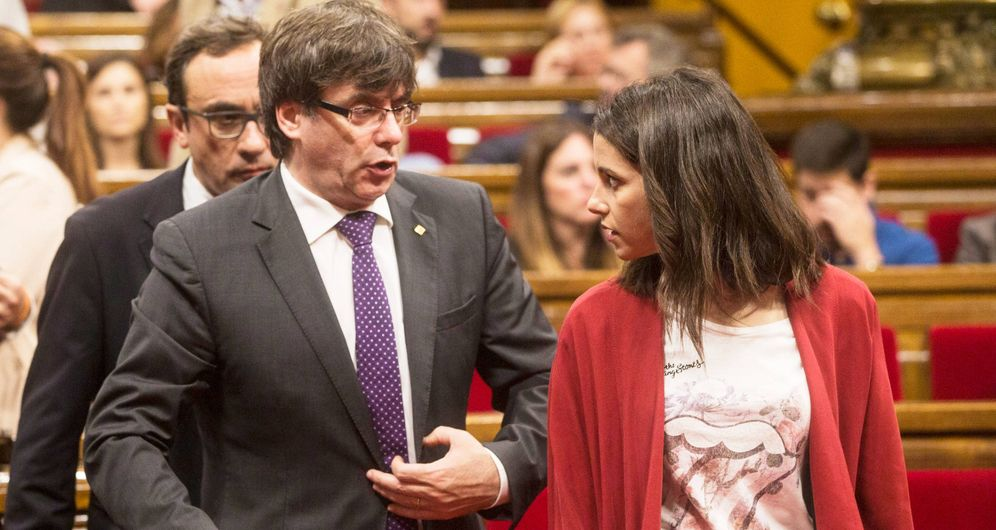 Foto: Inés Arrimadas junto a Carles Puigdemont en el Parlament. (EFE)