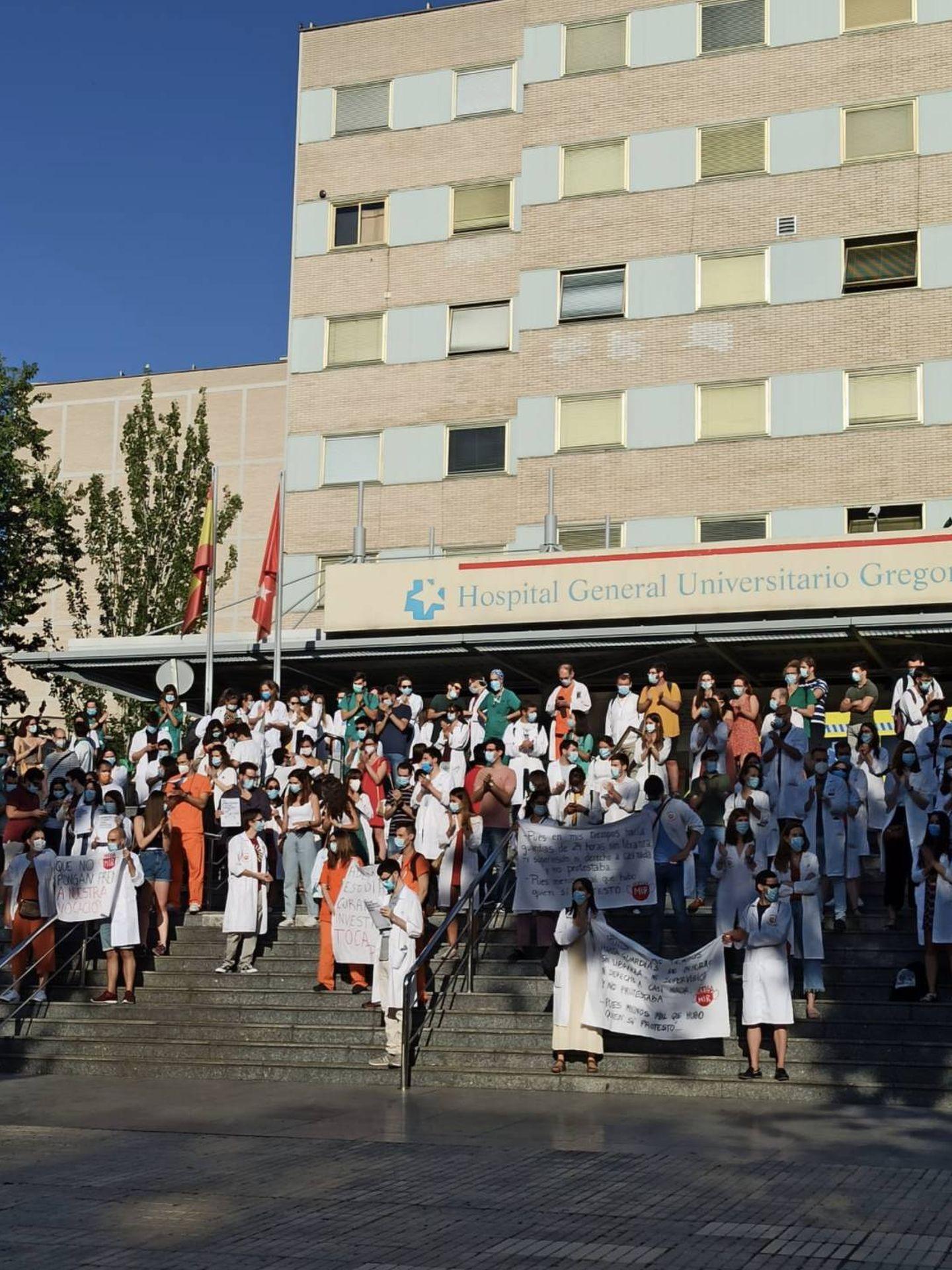 Concentración de MIR en la entrada del Hospital Gregorio Marañón. (Comité de Huelga MIR Madrid)