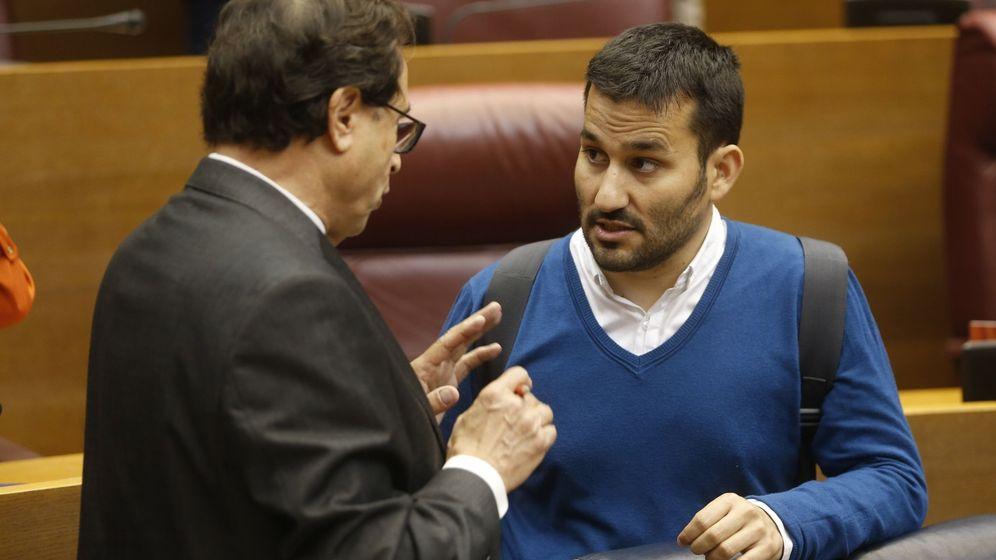 Foto: El 'conseller' de Educación, Vicent Marzà (d), habla con el de Hacienda, Vicent Soler. (EFE)