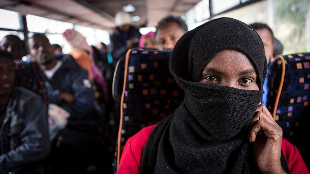 Foto: Foto de archivo de migrantes en un autobús en Roma. (EFE)