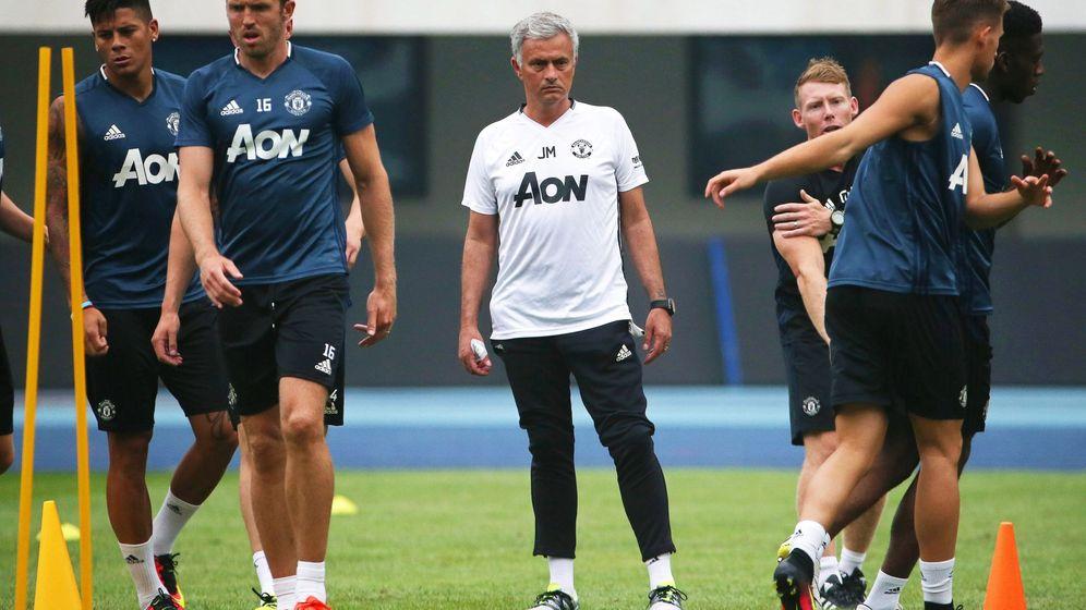 Foto: Mourinho dirige un entrenamiento del Manchester (How Hwee Young/EFE/EPA)