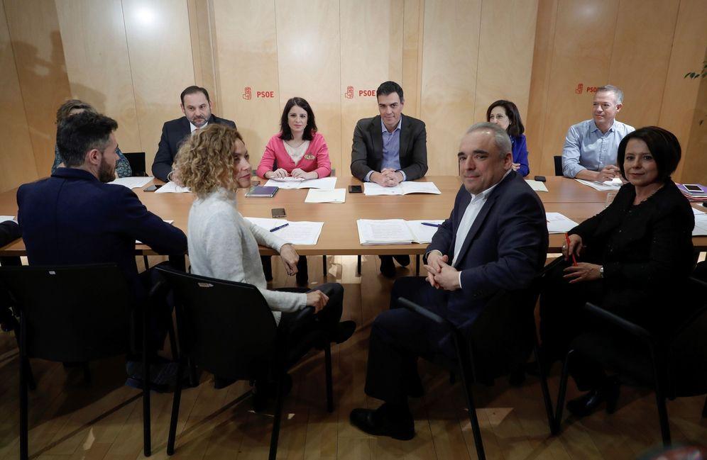 Foto: Pedro Sánchez, con las direcciones del PSOE en Congreso y Senado, y flanqueado por Adriana Lastra y Margarita Robles, este 30 de enero. (EFE)