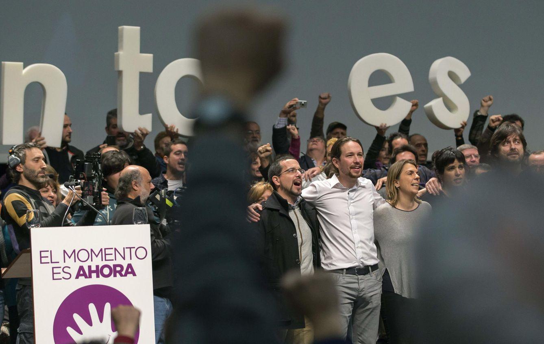 Pablo Iglesias tropieza con la maldición de los himnos