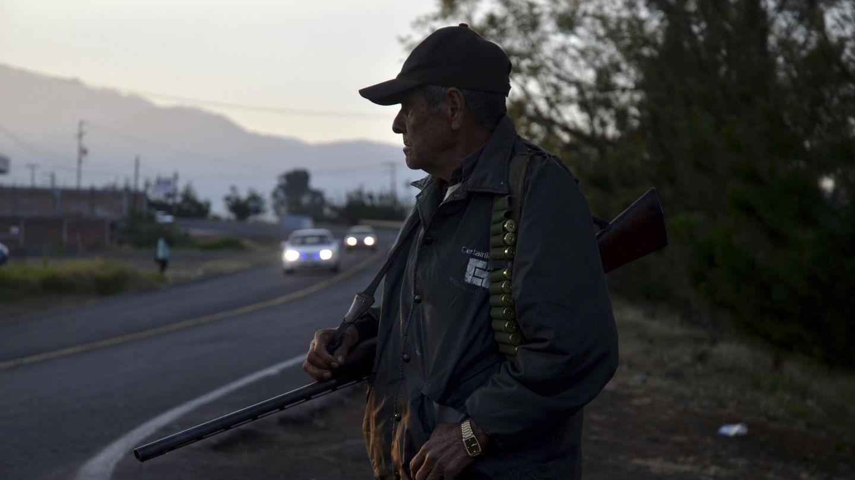 Un miembro de las autodefensas vigila en Los reyes de Salgado, en Peribán (Reuters).