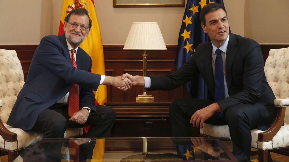 Foto: El presidente del Gobierno en funciones, Mariano Rajoy (i), y el secretario general del PSOE, Pedro Sánchez (d), se saludan al inicio de la reunión. (EFE)