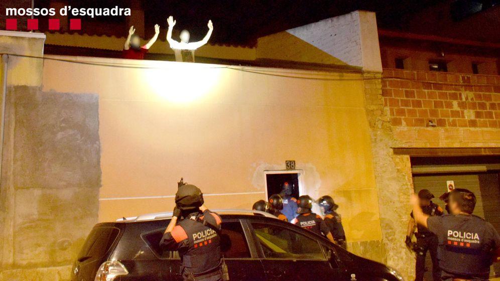 Foto: Momento de la detención de los Mossos de dos de los tres acusados de secuestro y maltrato a un hombre en Amposta. (Mossos d'Esquadra)
