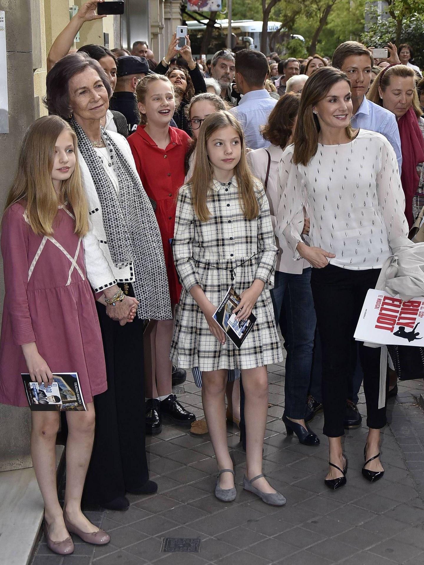 La reina Letizia, en una imagen de archivo con bailarinas negras. (Cordon Press)