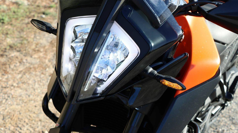Ópticas LED. Tanto las ópticas como los intermitentes son full LED. Su diseño gustará más o menos, pero no cabe duda que es original e inconfundible.