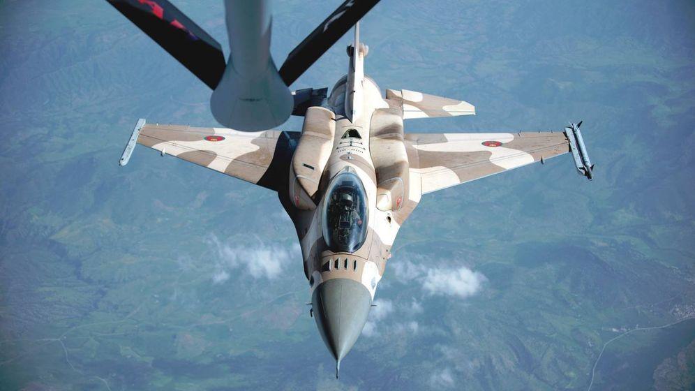 Foto: F-16 C Block 52 marroquí, con depósitos conformados, reabasteciéndose de un cisterna norteamericano. (USAF)