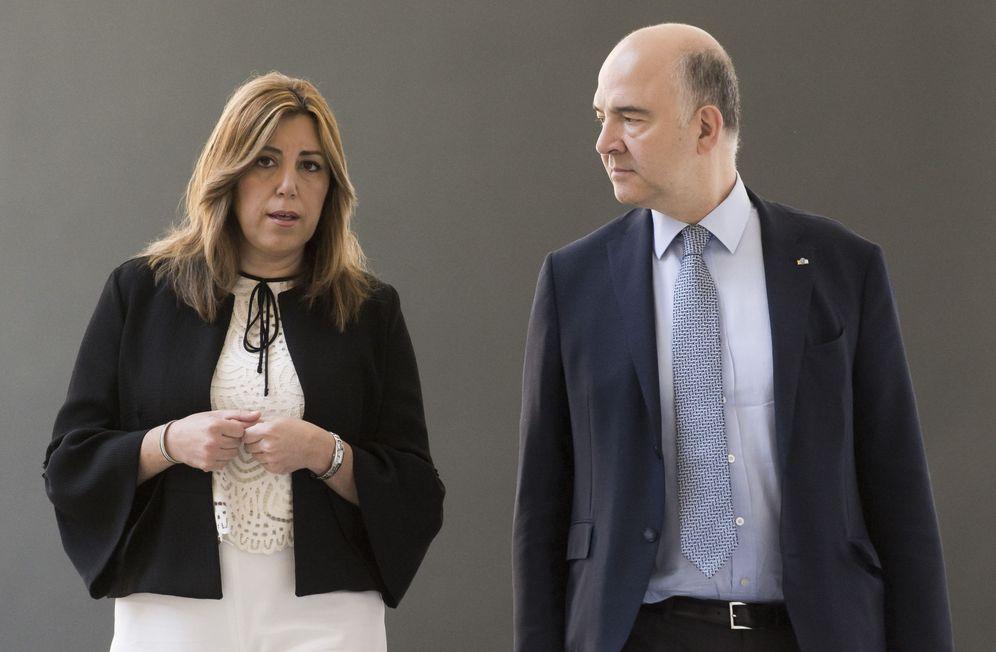 Foto: Susana Díaz conversa con el comisario de Asuntos Económicos y Financieros de la UE, Pierre Moscovici, este 23 de junio en Sevilla. (EFE)