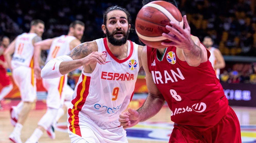 Foto: Ricky Rubio tratando de recuperar a Behnam Yakhchalidehkordi el balón en el último partido de España en el Mundial de China. (EFE)