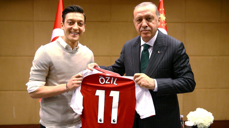 Özil denuncia racismo en Alemania tras una foto con Erdogan y deja la selección