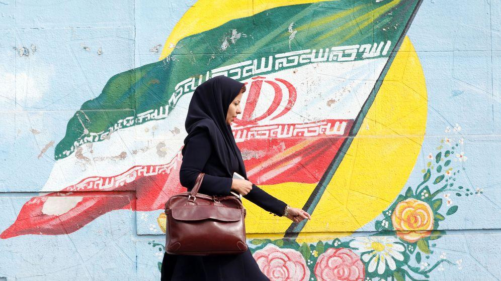 Foto: Una mujer pasea por Teherán. (Reuters)