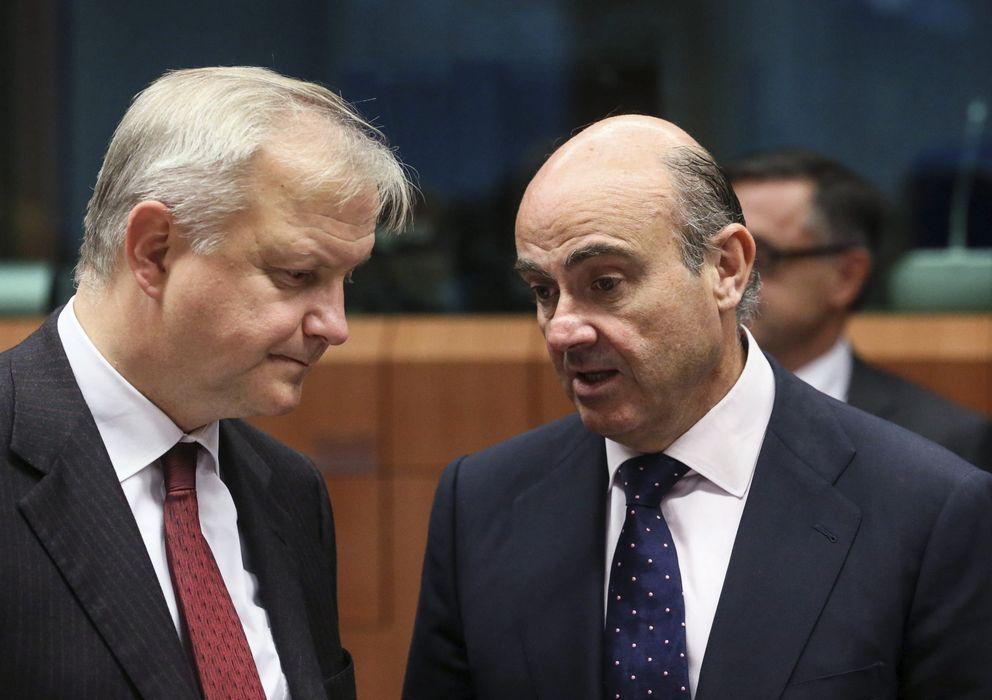 Foto: El vicepresidente y responsable de Asuntos Económicos y Monetarios, Olli Rehn (i) conversa con Luis de Guindos. (EFE)