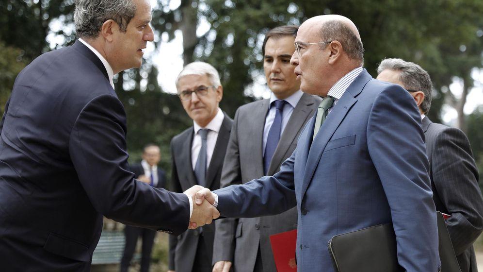Foto: El coordinador del dispositivo policial del 1-O, Diego Pérez de los Cobos (d), saluda al conseller de Interior de la Generalitat, Joaquim Forn (i), el pasado septiembre. (EFE)