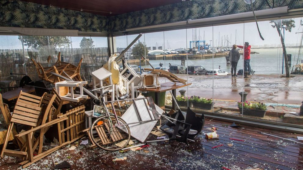 El horror del tornado en Andalucía: Se llevó coches, barcos, casas, chiringuitos...