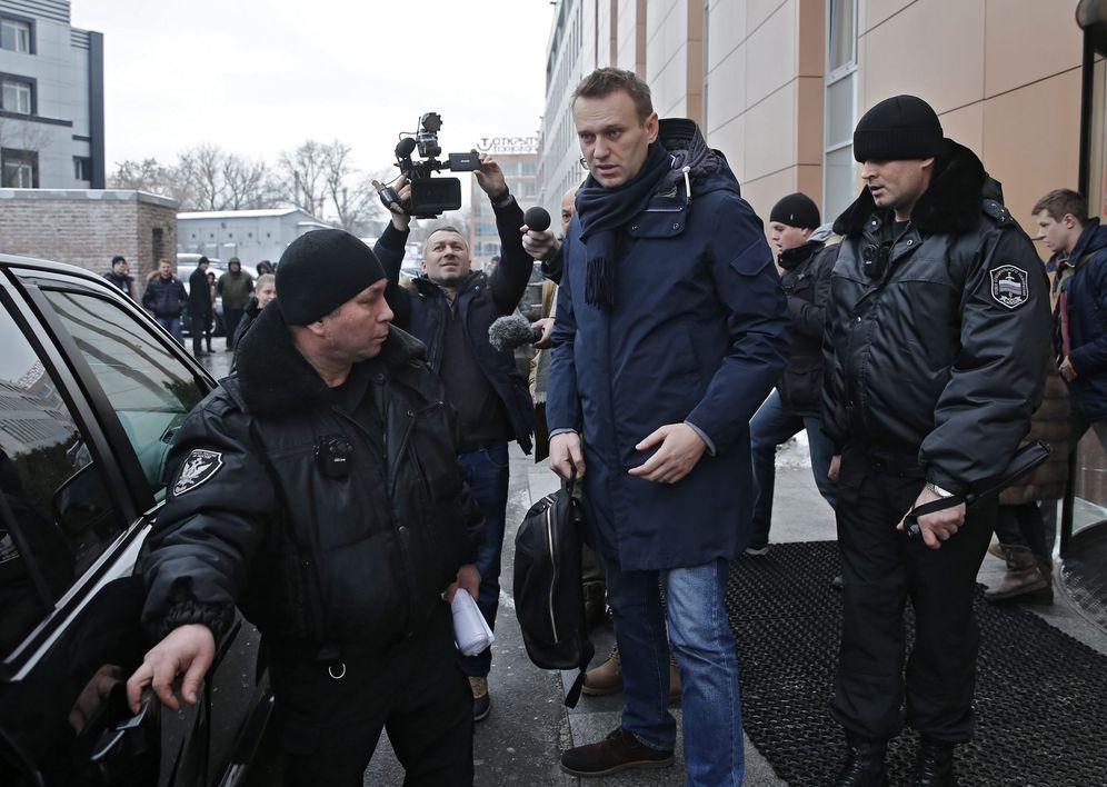Foto: El líder opositor ruso Alexéi Navalni (c), abandona la Fundación de lucha contra la corrupción FBK en Moscú (Efe).