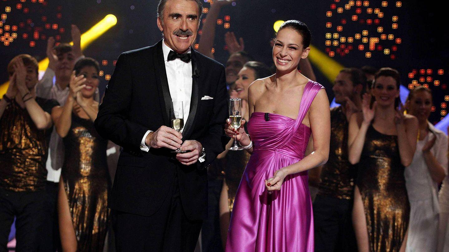 Junto a Eva González, dando las campanadas en 2013. (EFE)