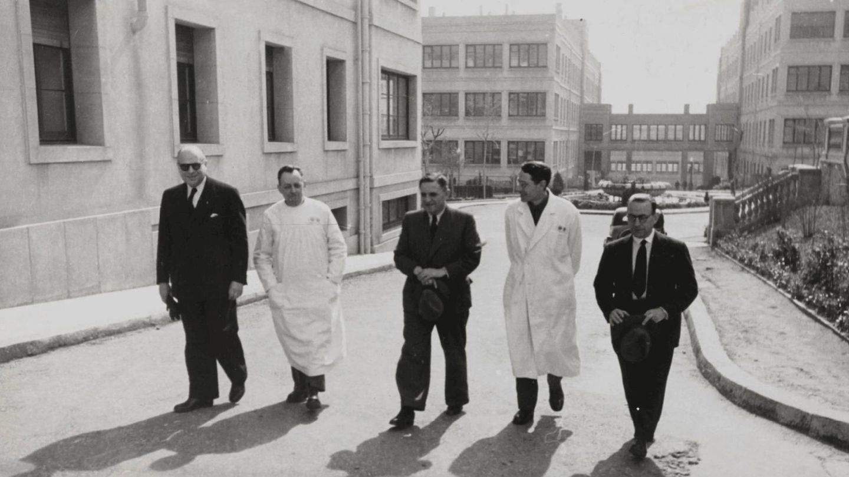 Visita de médicos al Hospital Militar del Generalísimo de Barcelona durante la epidemia de tifus de 1942 y 1943. (Pérez de Rozas/Ayto de Barcelona)