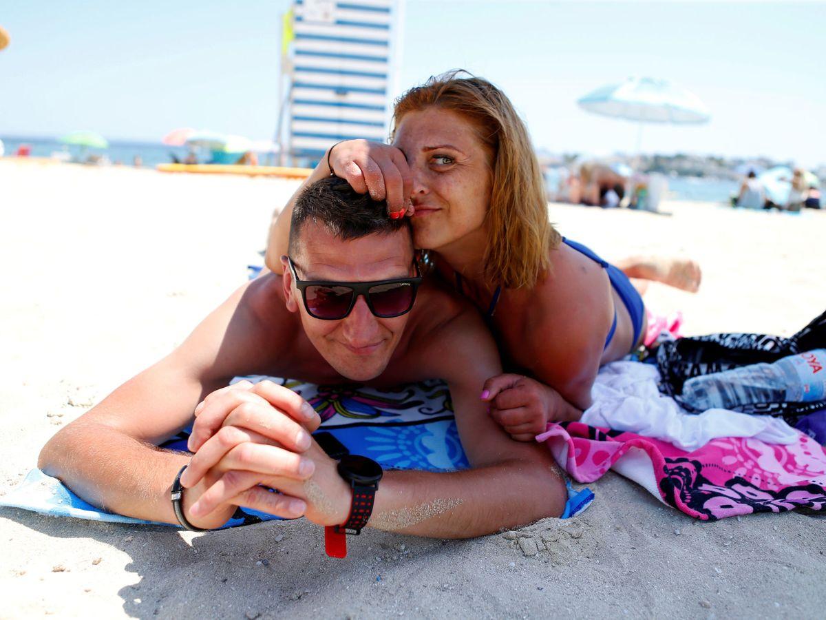Foto: Dos turistas en la playa de Magaluf en el verano de 2020. (Reuters)