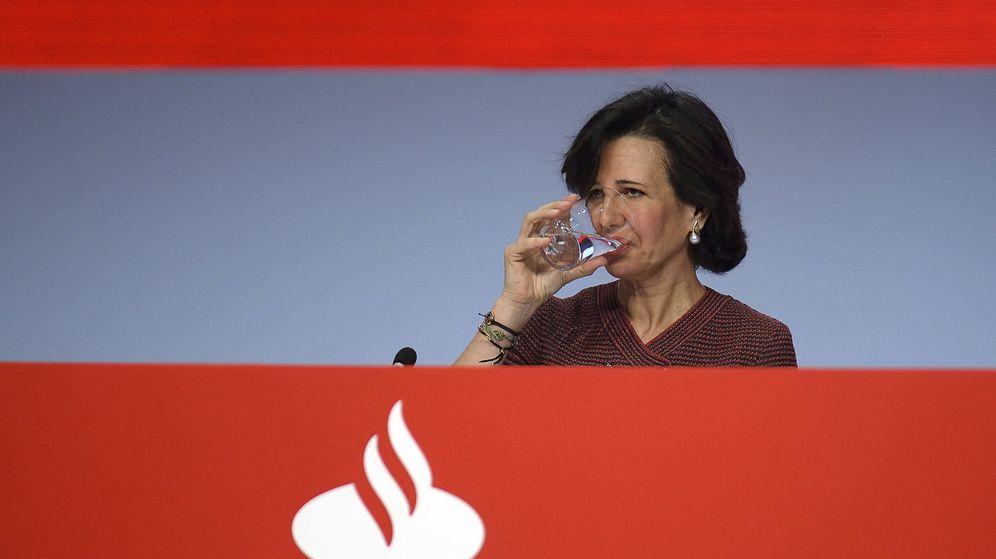Foto: La presidenta del Banco Santander, Ana Botín, durante la junta general de accionistas de 2015. (EFE)