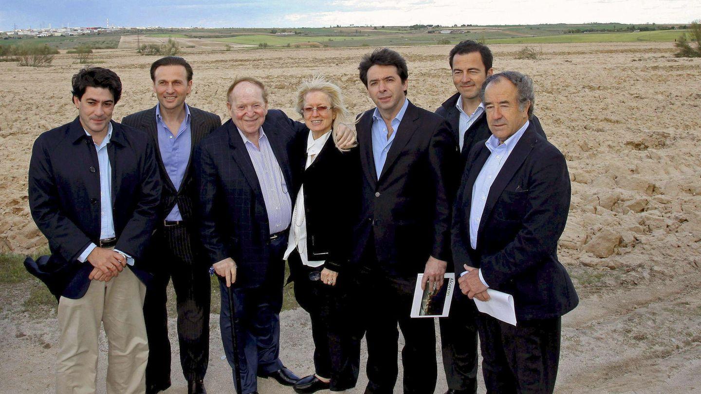 El inversor norteamericano Sheldon Adelson (3i), propietario de la empresa Las Vegas Sands y promotor del complejo de ocio y casino Eurovegas, cuando visitó los terrenos. (EFE archivo)