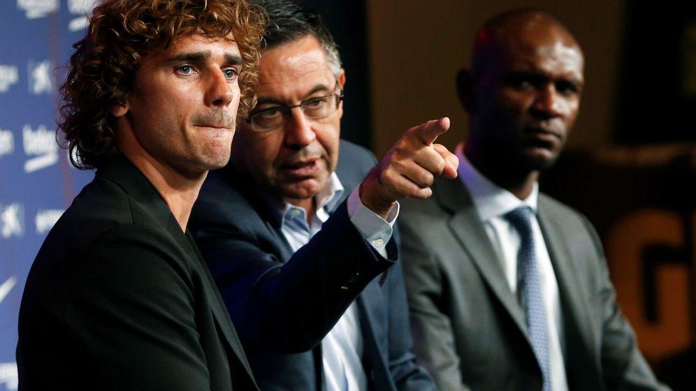 Foto: Éric Abidal y Bartomeu, en la presentación del año pasado de Antoine Griezmann. (EFE)
