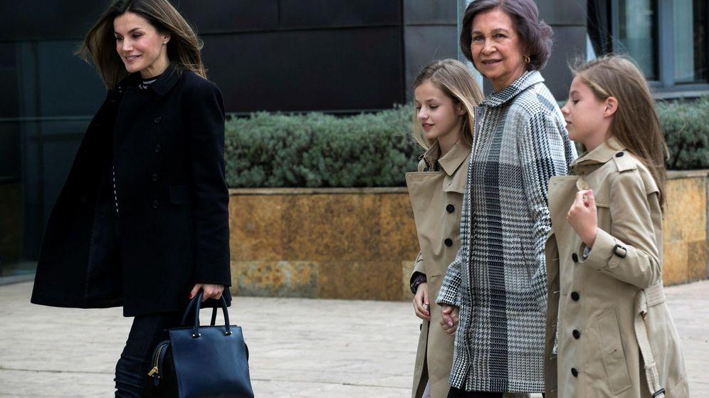 Foto: Doña Letizia, acompañada por doña Sofía, la princesa Leonor y la infanta Sofía, el pasado 8 de abril. (EFE)